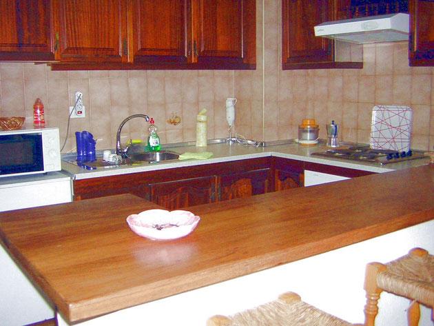 Voll ausgestattete Küche mit Bartheke in der Ferienwohnung Marino in Los Christianos auf Teneriffa