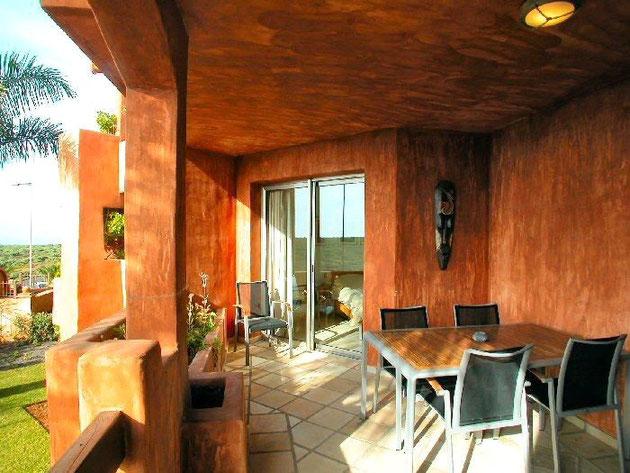 groszügige Terrasse in Terrakotta Farbe