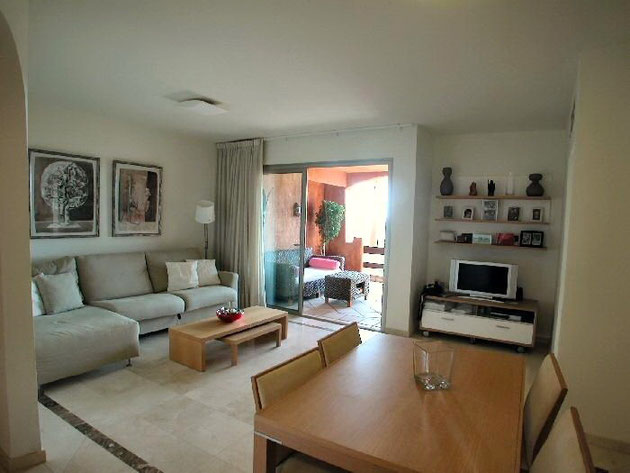 Grosser Wohnbereich mit hellen Möbeln