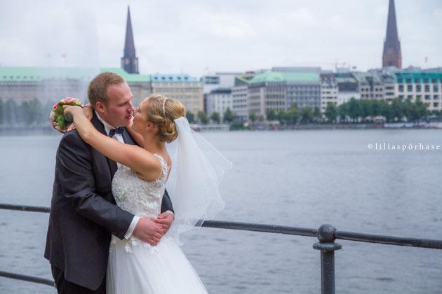 Hochzeit, Paarshooting, Brautpaar, liliaspoerhase, Lilia Spörhase, Fotografie, Alster, Binnenalster, Hamburg, Couple