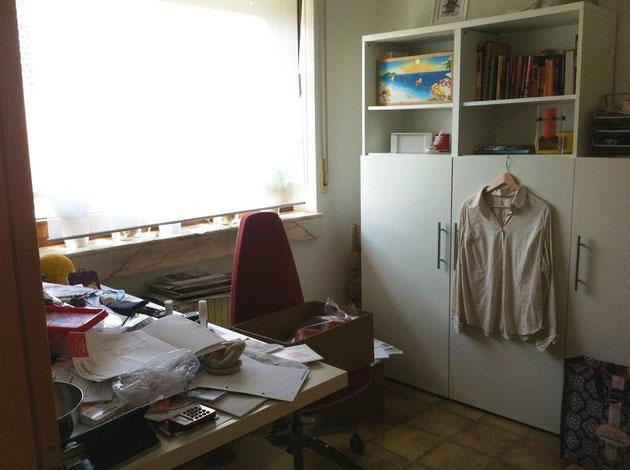 Prima: disordine e incoerenza, è un ufficio, un deposito o una lavanderia?