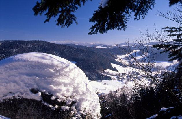 Tiefblick vom Geistlichen Stein. Im Hintergrund die Gipfel von Haidel, Dreisessel und Plöckenstein.