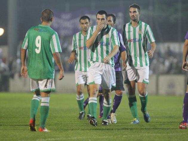 Esnaola, en el centro de la imagen, se marcha disgustado tras un enfrentamiento con un jugador del Jaén, en el partido de ayer. Foto: El Diario Montañés.