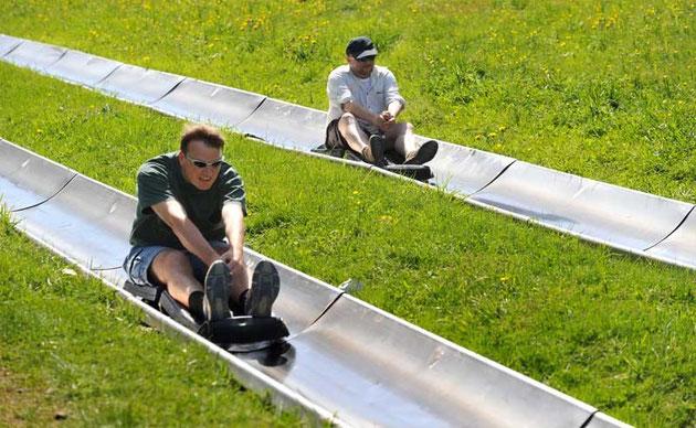 Wettrennen auf der Sommerrodelbahn