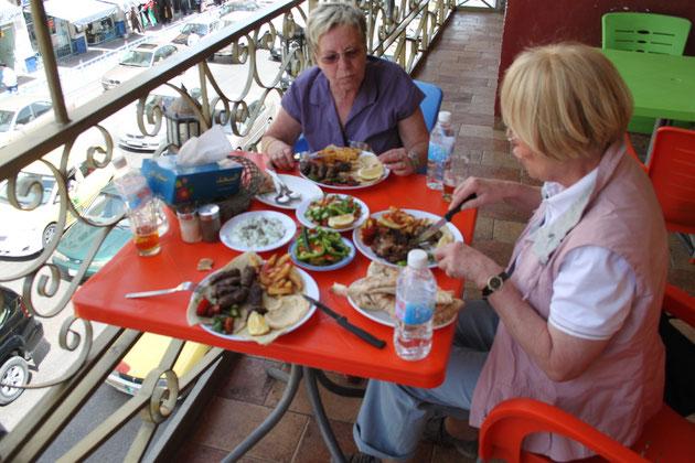 Mittagessen in Downtown.Hauptgericht 5 Euro, Salat 1,50.