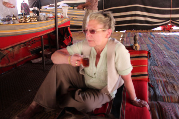 Renate im Beduinenzelt, Tee oder Kaffee gab es immer gratis.