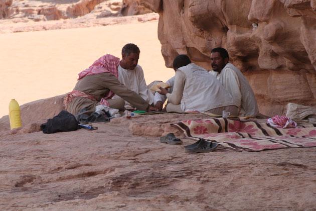 Die Karawanenführer beim Picknick.