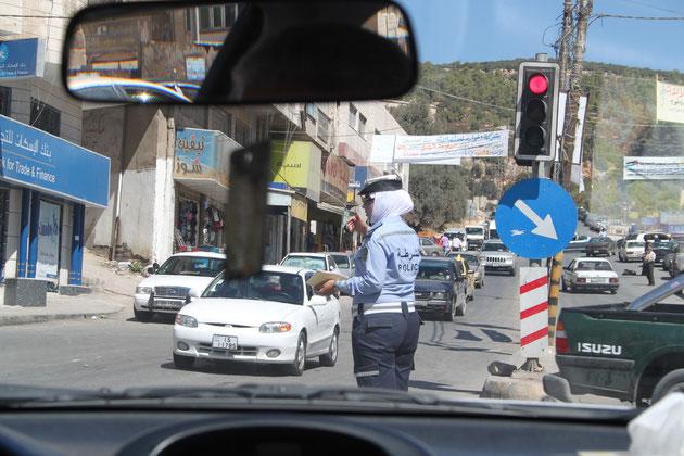 Eine jordanische Verkehrspolizistin.