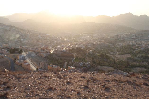 Sonnenuntergang über der Stadt Petra.