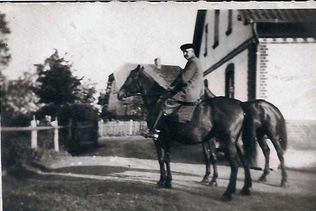 Opa hoch zu Ross auf einem stolzen Trakehner-Hof Kinderhausen.