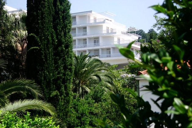 Unser Hotel mitten im satten Grün.