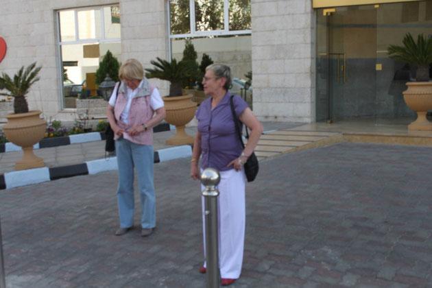 Inge und Renate vor dem Hotel.