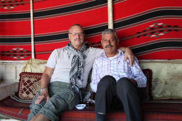Ich und Abu Essam bei der Teatime im Beduinenzelt.