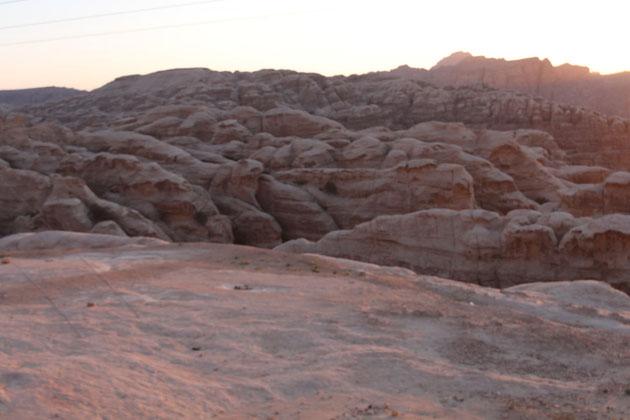 Das antike Petra von oben bei Sonnenuntergang.
