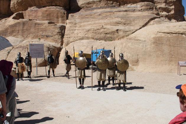 Eine antik verkleidete Ehrengarde von Petra.