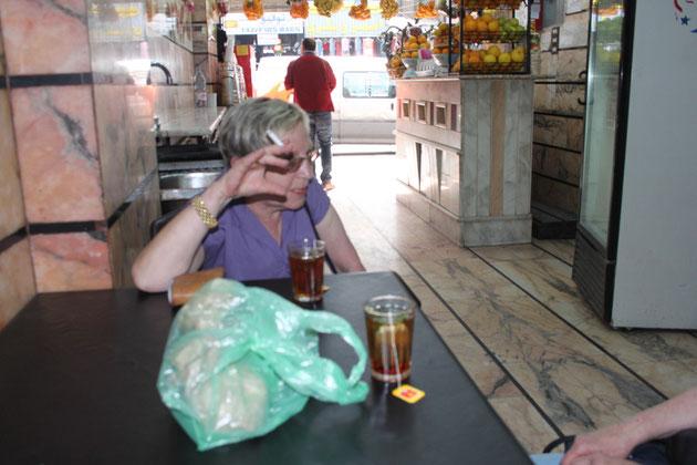Im Cafe, ein Kaffee oder Tee 50 Cent bis 1 Euro.