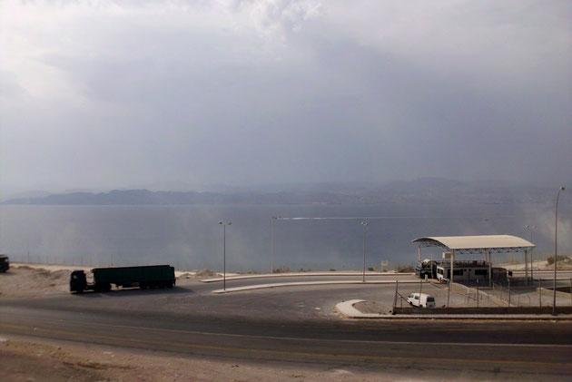 Rotes Meer, links Ägypten, rechts Israel.