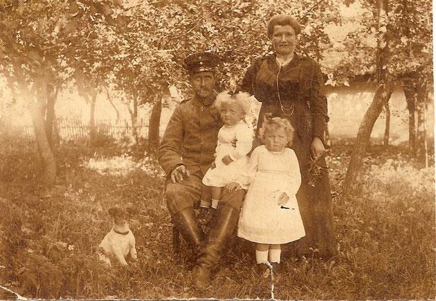 Unsere Grosseltern mit meiner Mutter Charlotte-rechts- und Ella,nebst Bello