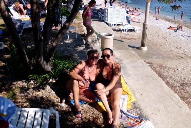 Renate am Strand mit einer kroatischen Urlaubsbekanntschaft.