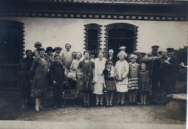 Die Grossfamilie auf dem Hof in Kinderhausen