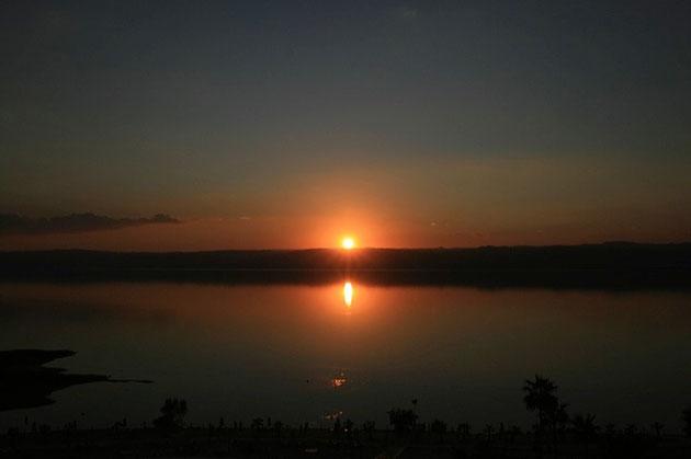 Sonnenuntergang über dem Toten Meer: