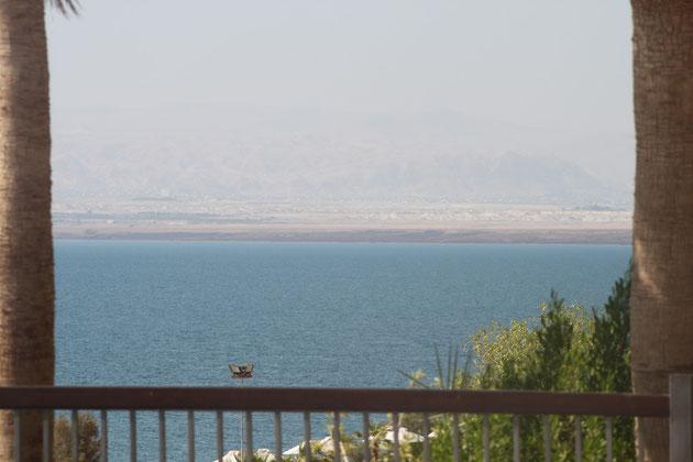 Blick über das Tote Meer nach Israel, die Stadt ist Jericho.
