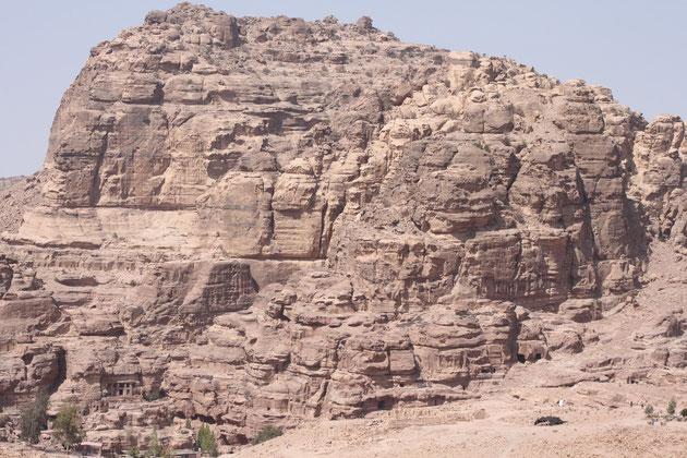 Oben auf dem Berg das Grab Aarons.