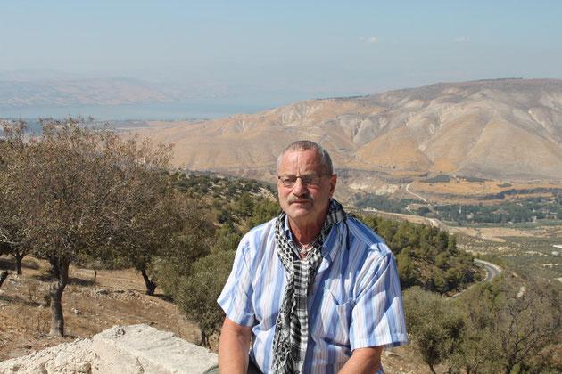 Der See Genezareth liegt im Grenzgebiet  zu Israel, die Berge sind Israel, s. Karte.
