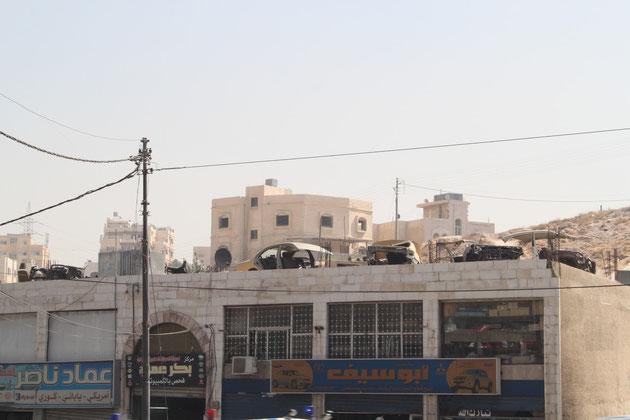 Schrottplatz a la Jordanien, auf dem Dach der Werkstatt.