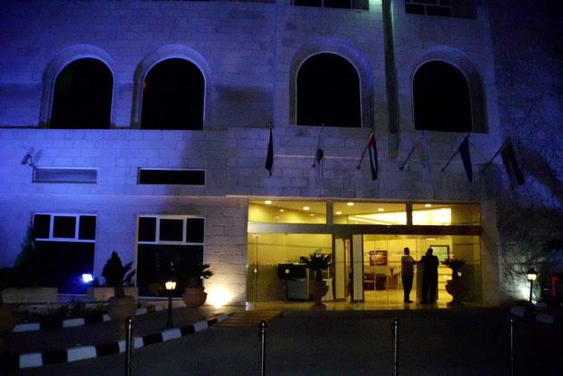 Hotel bei Nacht.
