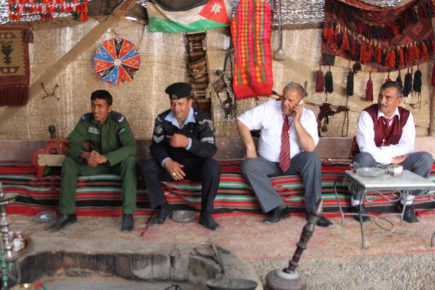 Im Beduinenzelt mit Polizei und Militär.