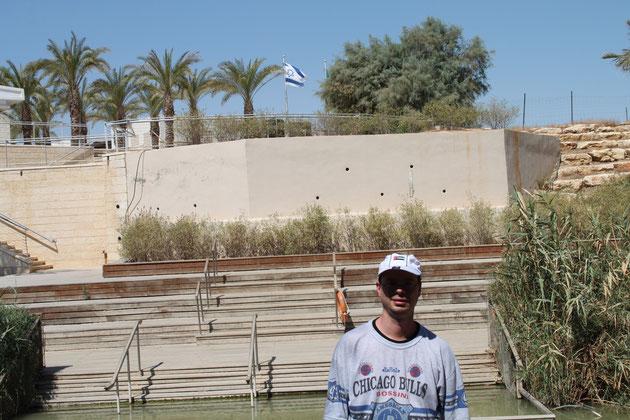 Im Hintergrund Israel.