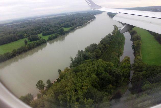 Landeanflug über der Donau.