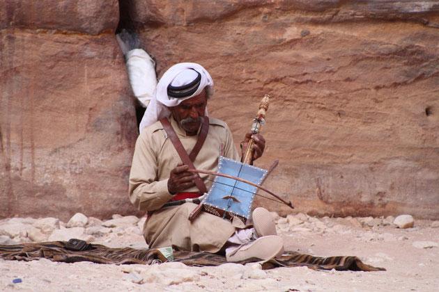 Beduine mit Instrument.