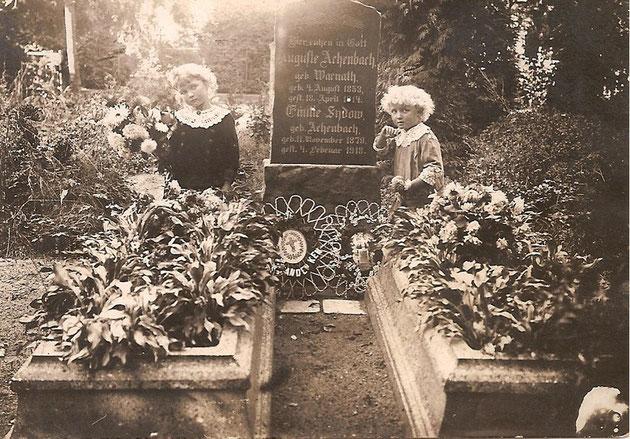 Charlotte und Ella vor dem Grab ihrer Grossmutter,vermutlich Friedhof Weidenkreuz