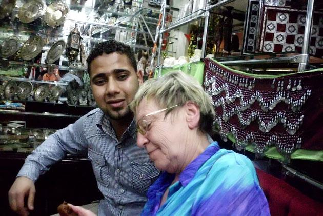 Renate mit ägyptischem Händler beim Feilschen.