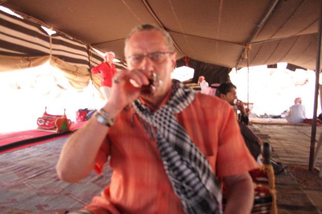 Die Beduinen verkaufen im Zelt  Souvenirs und landestypische Produkte.