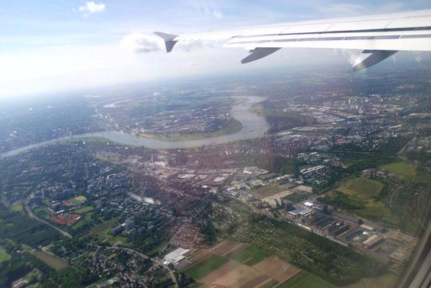 Abflug von Düsseldorf mit Rhein.