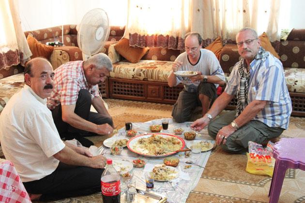 Die Frauen essen in den islamischen Ländern gesondert.