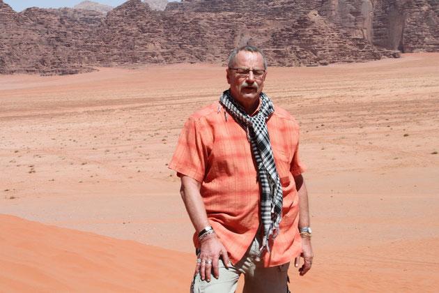 Ich mit  passendem Farbton des Hemdes  zur Wüste.