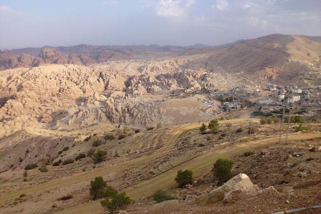 Petra ist völlig versteckt in den Bergen.Sichtbar ist nur das neue Petra.