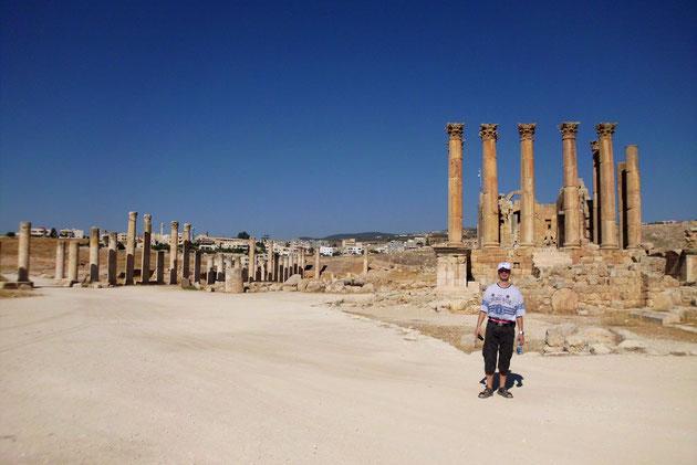 Rechts der Artemis-Tempel.