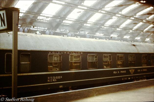 "JZ Schlafwagen (KSR) 51 72 70-10 612-6 Beograd - Malmö ankommend mit D 270 ""MERIDIAN"" Beograd - Berlin Ostbahnhof in Berlin Ostbahnhof (1987)"