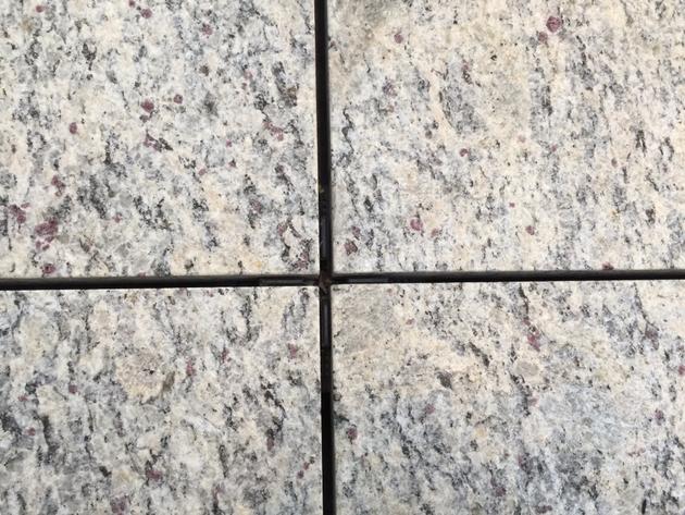目地が埋まっていない床の仕上げ。スペーサーを使った仕上げだ。これだとすぐ取れるのでメンテナンスが楽だ。