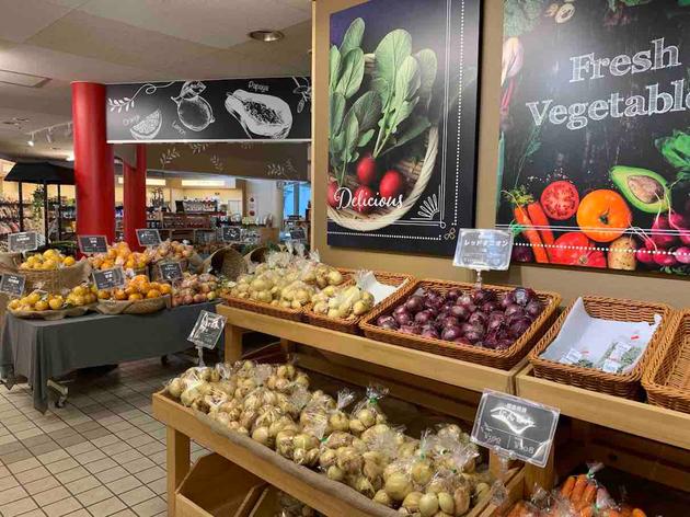フルーツだけでなく新鮮野菜もお値打ちに売られています