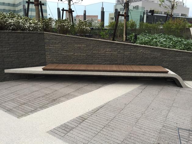 波の様に盛り上がったベンチが壁に突き刺さる。この角度からは浮いている様に見える。