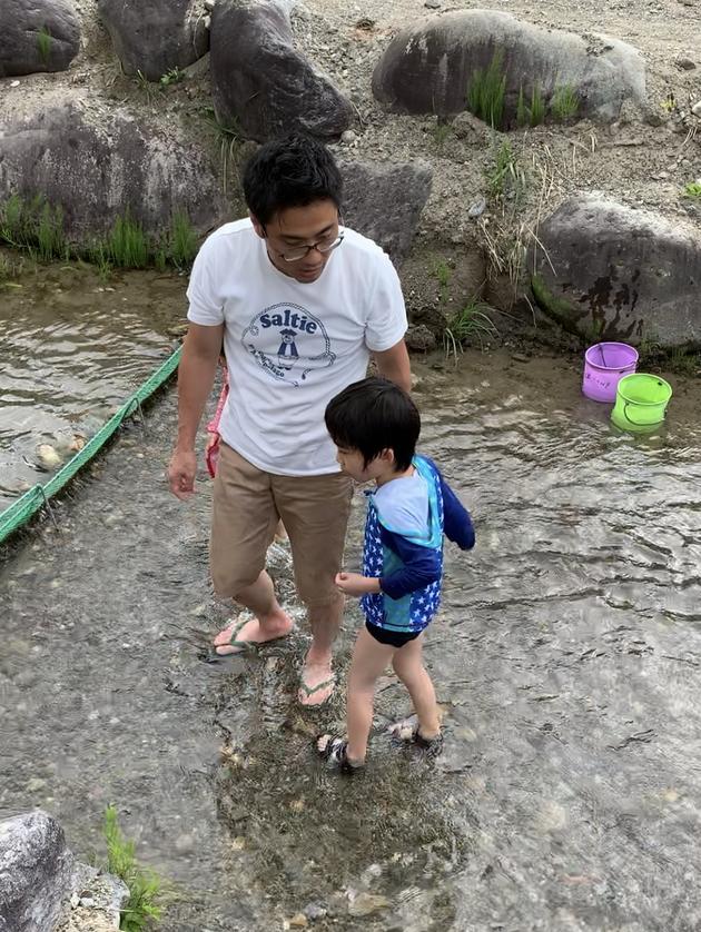 奥飛騨温泉郷オートキャンプ場では魚の手づかみ体験もできます。