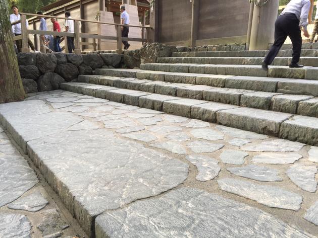 正宮前の階段。石で段差はつくられているが、その隙間の仕上げに驚いた。