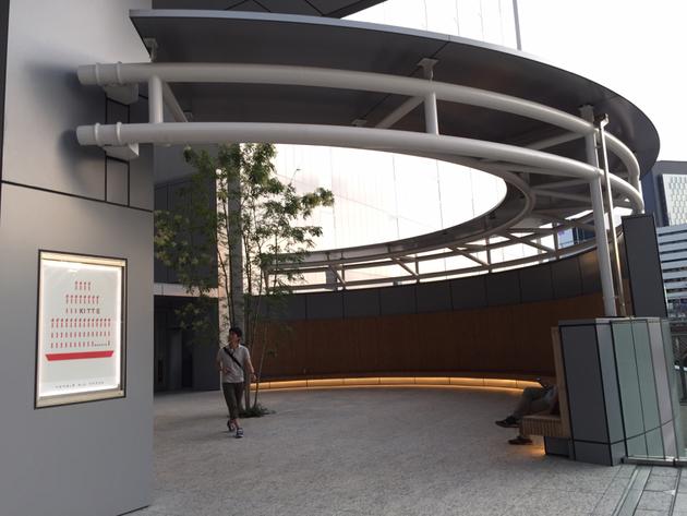 KITTE名古屋の屋根の円形とそれの合わせて作られた円形のベンチ