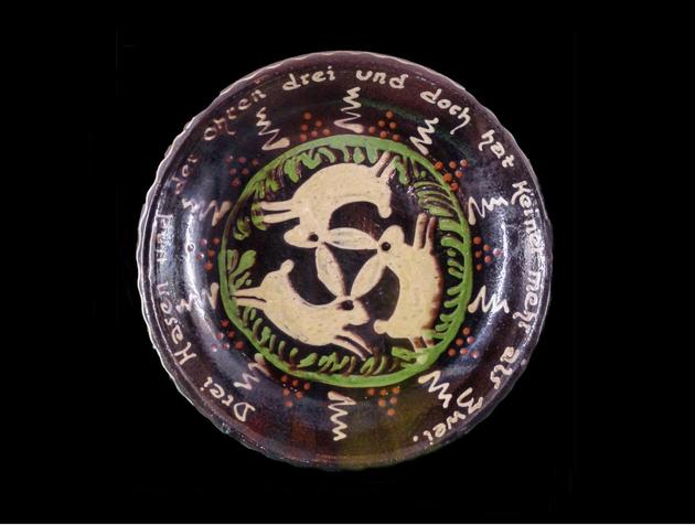 La symbolique des trois lièvres se retrouve souvent en Alsace - Voici un triquètre représentant trois lièvres dans un interminable mouvement circulaire.  Un symbole du vivant universel que l'on retrouve dans de nombreuses civilisations et religions.